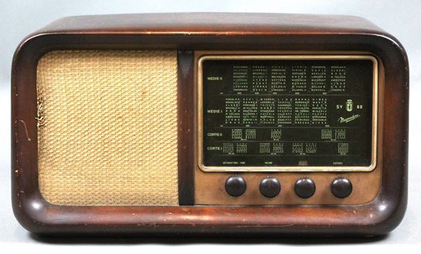 Radio Magnadyne, anni '40, cm 29x53x23, funzionante.