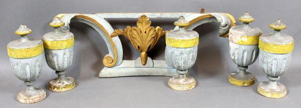 Lotto di cinque portapalme ed un fregio in legno intagliato e laccato, parti dorate, misure max 23x63 cm, (difetti).