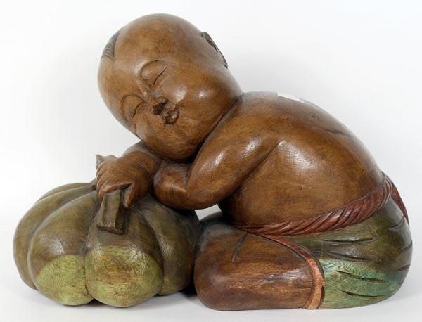 Bambino dormiente sulla zucca, scultura in legno intagliato e dipinto, cm. 32x50x25, arte orientale, XX secolo