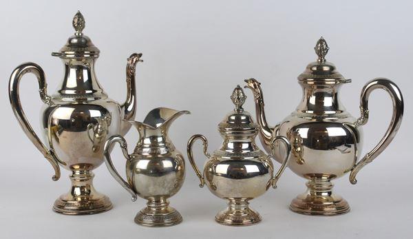 Servizio da thè/caffè in argento, corpo liscio, manici a voluta, beccucci zoomorfi, prese a pigna, profili a foglie lanceolate, altezza max cm. 28, gr.1210